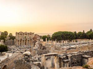 Die Grabungsstätte Efes zeigt das frühere Ephesos und bietet nicht nur Geschichtsfans die Möglichkeit, in die Welt der Antike abzutauschen. Foto: fotolia ©Sevendeman #124694573