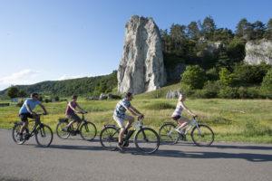 Radeln auf dem Altmühlltal-Radweg beim Burgsteinfelsen