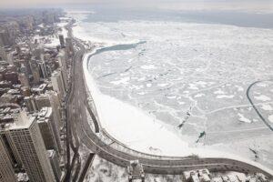 Chicago im Winter vor zugefrorenem Lake Michigan