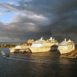 Kreuzfahrtschiffe im Hafen, Nassau, Bahamas