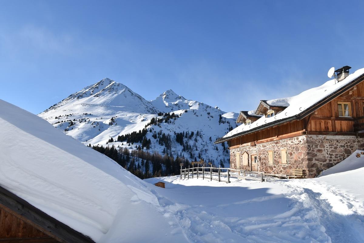 Schneelandschaft mit Hotel